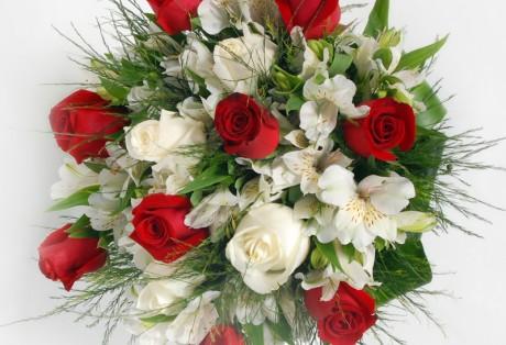 Belissimo buque de rosas e alstroemerias