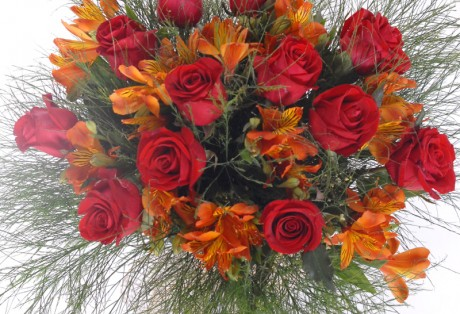 Buque de rosas e alstroemerias