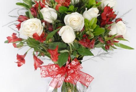 Buque rosas e alstroemerias
